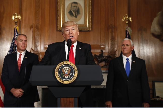 El presidente Donald Trump, acompañado por el secretario del Interior, Ryan Zinke, y el vicepresidente Mike Pence en el Departamento del Interior en Washington. (AP)