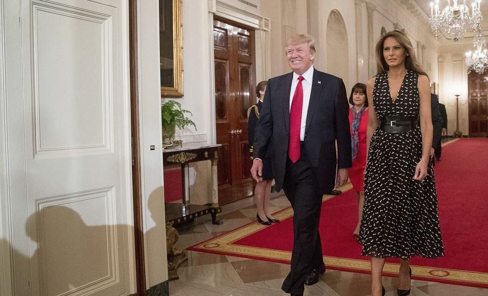 El presidente Donald Trump y la primera dama Melania llegan a la Sala Este de la Casa Blanca en Washington. (AP)