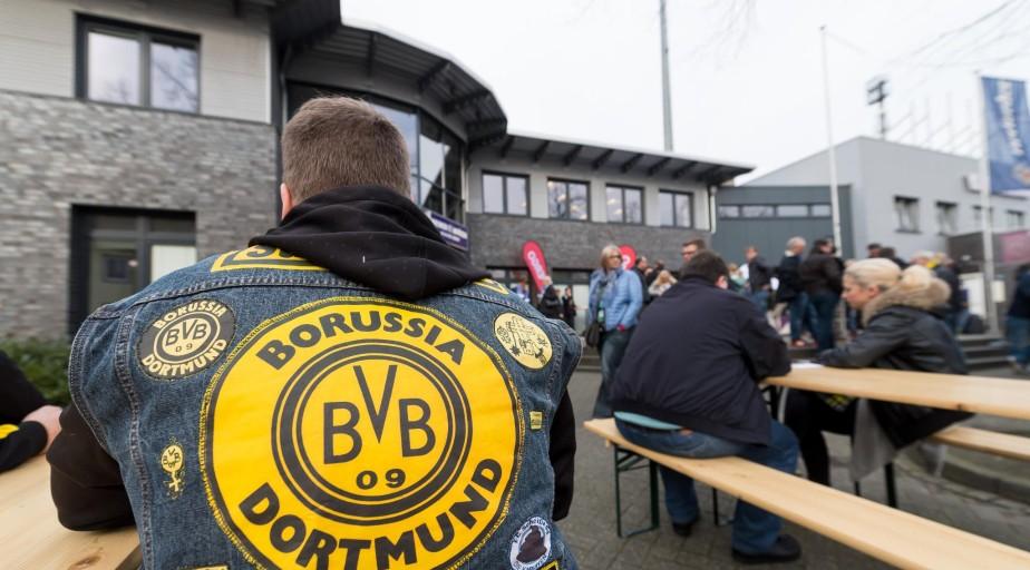 El ataque contra el autobús del Borussia Dortmund dejó una persona herida.