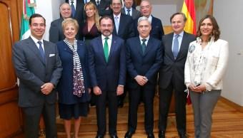 El Canciller Luis Videgaray en reunión con empresarios en la residencia de la embajadora. (SRE)