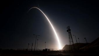 El lanzamiento del misil se llevó a cabo en la base aérea californiana de Vandenberg. (Reuters)