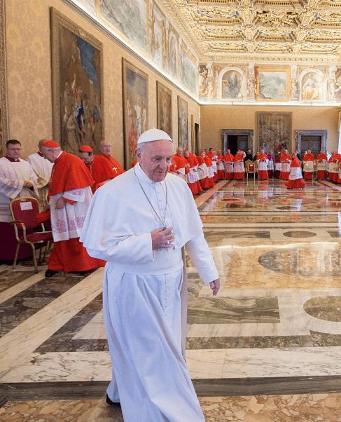 El papa a su llegada al consistorio en el que se fijaron las fechas para las ceremonias de canonización de varios futuros santos. (AP)