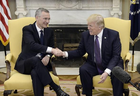 El presidente de Estados Unidos, Donald Trump, se reúne con el secretario general de la OTAN, Jens Stoltenberg, en la Casa Blanca.