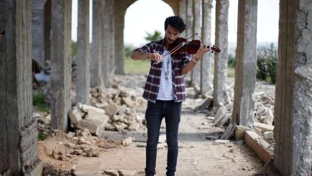El violinista iraquí, Ameen Mukdad, realizó un concierto en una zona bombardeada de Mosul.