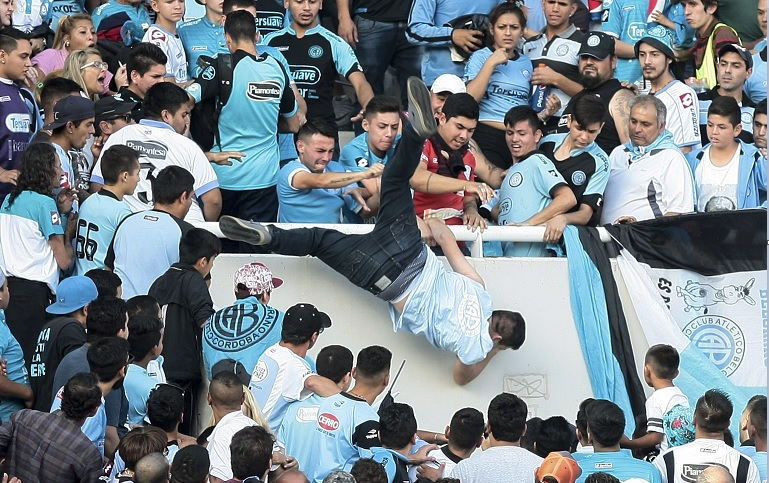 Emanuel Balbo murió después de caer de una tribuna durante un partido de la liga de futbol argentino.
