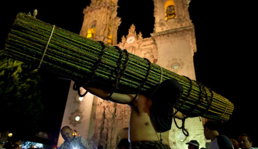 Encruzados participan en la Procesión de los Cristos en Taxco. (AP)