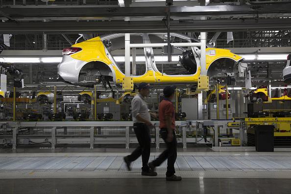 Trabajadores caminan dentro de una ensambladora de autos en México (Getty Images, archivo)
