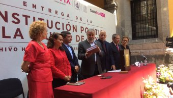 Entregan la Constitución de la CDMX. (Twitter @ConCDMX)