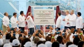 El presidente Enrique Peña Nieto, acompañado por el ministro de Dinamarca, Lars Lokke Rasmussen, inauguró en el puerto de Lázaro Cárdenas, Michoacán, la Terminal Especializada de Contenedores. (Presidencia de la República)