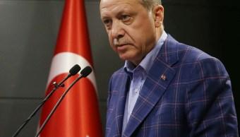 El presidente turco, Recep Tayyip Erdogan, se dirigió a los medios de comunicación después de que se anunciaran los resultados del referéndum no oficial, en Estambul (AP)