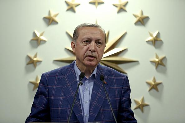 El presidente de Turquía, Recep Tayyip Erdogan, declara la victoria del rerefendo histórico que otorgó amplios poderes a la Presidencia (Getty Images)