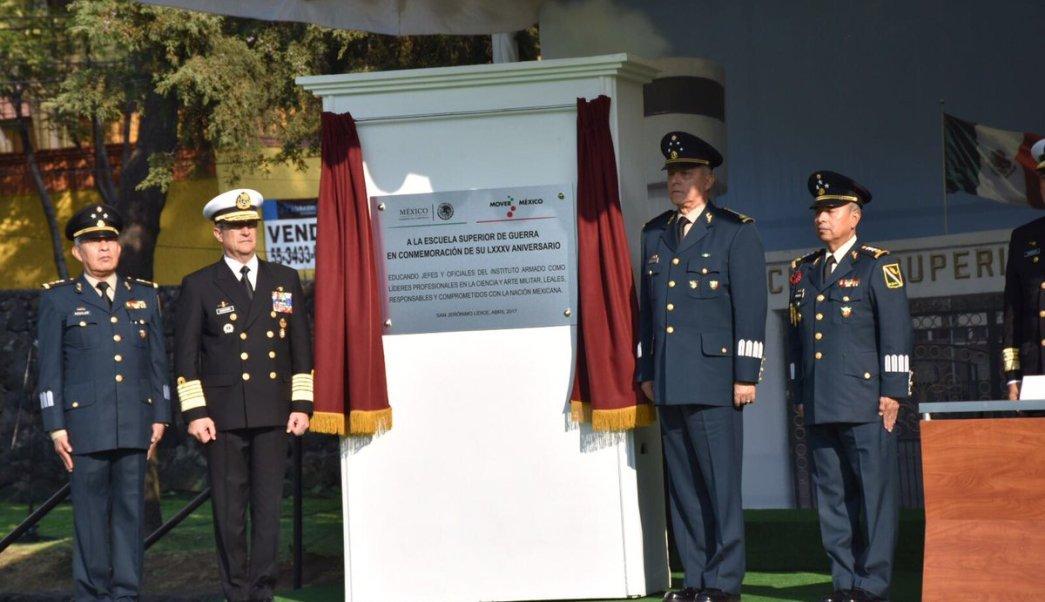 El general Salvador Cienfuegos y el almirante Francisco Soberón asisten al 85 Aniversario de la Escuela Superior de Guerra. (Twitter/@SEDENAmx)