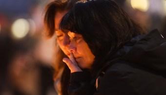 Dos mujeres lloran en la zona del ataque terrorista en el centro de Estocolmo, Suecia (AP)Dos mujeres lloran en la zona del ataque terrorista en el centro de Estocolmo, Suecia (AP)