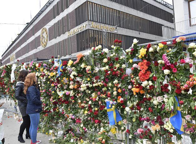 Ofrenda floral en memoria de las víctimas del atentado en Estocolmo. (EFE)