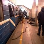 Esta imagen muestra que la puerta de un tren del metro de San Petersburgo ha sido dañada por una explosión (AP)