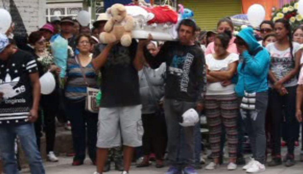 Familiares trasladan féretro del menor que cayó a pozo en Guanajuato