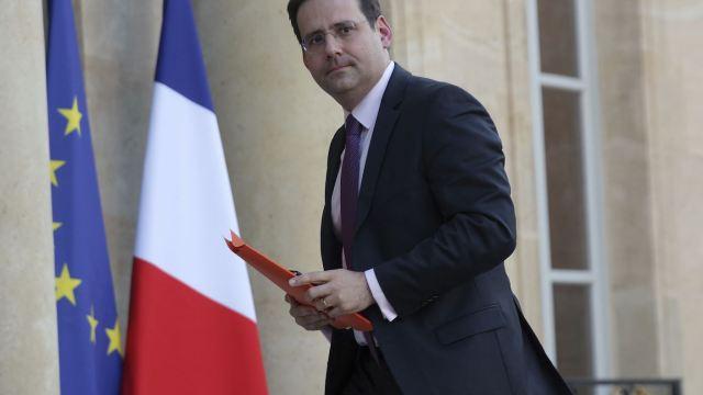 El ministro francés del Interior, Matthias Fekl, sostiene que la entrega de esa información por parte de la organización terrorista es 'un gran paso'. (AP, archivo)