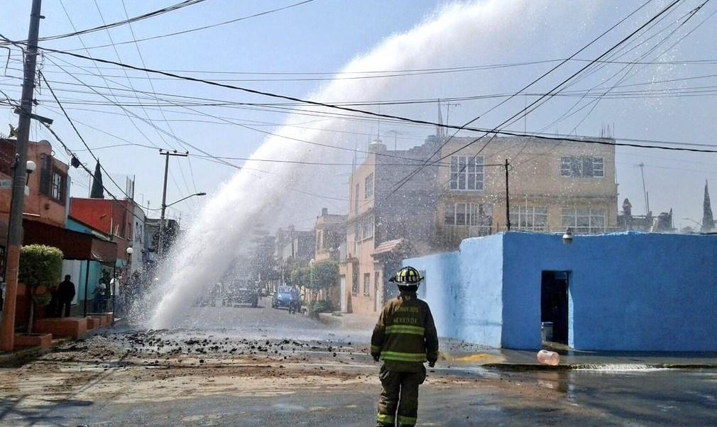 La fuga de agua se registró la tarde de este miércoles en la calle Guadalupe Victoria, de la colonia 15 de Agosto. (Twitter: @Iberomed)