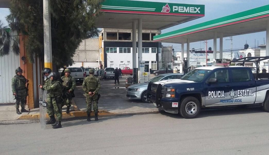 Militares vigilan gasolinera en zona de huachicoleros, en Puebla (Twitter @TirzoIvan)