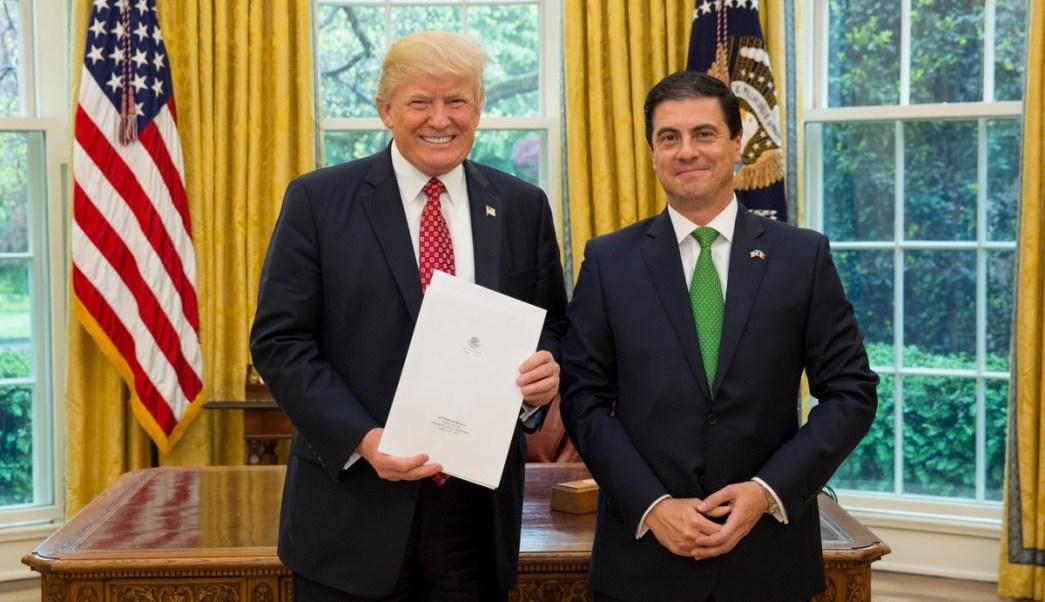 Este lunes el embajador de México en Estados Unidos, Gerónimo Gutiérrez, presentó sus cartas credenciales al presidente Donald Trump. (Twitter)