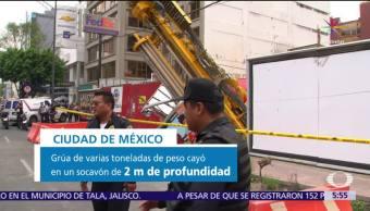 Grúa cae a socavón y deja daños en la CDMX