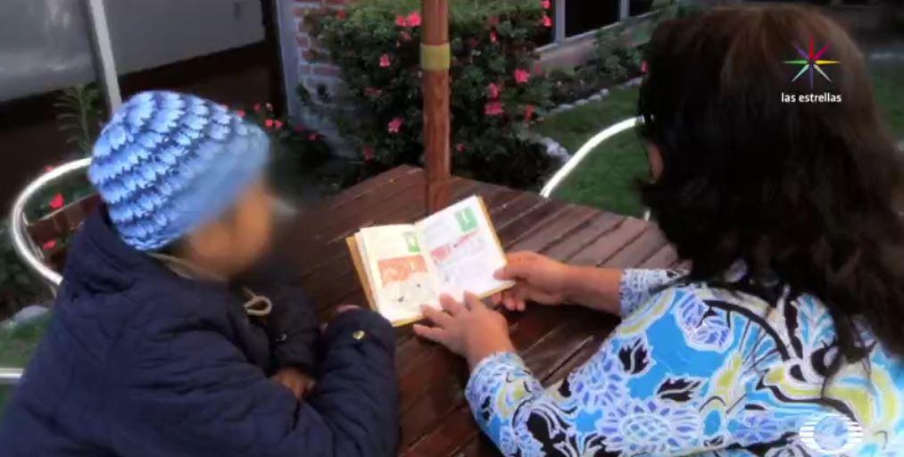 La guía 'Abrazando una esperanza' brinda consejos oportunos para tratar a pequeños que padecen cáncer. (Noticieros Televisa)