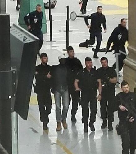 Un hombre fue detenido con un cuchillo en la estación de tren Gare du Nord de París. (@MqGuardiaCivil)