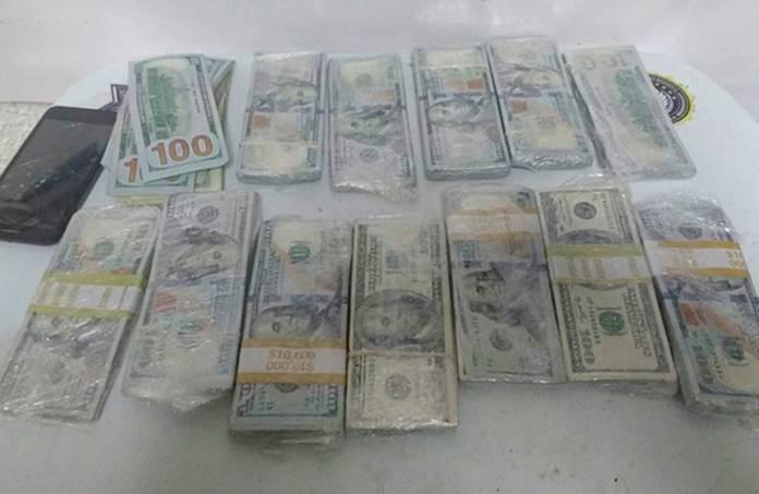 El hombre traía ocultos los billetes en 13 envoltorios de plástico y pretendía abordar un vuelo con destino a la CDMX. (Twitter @PoliciaFedMx)