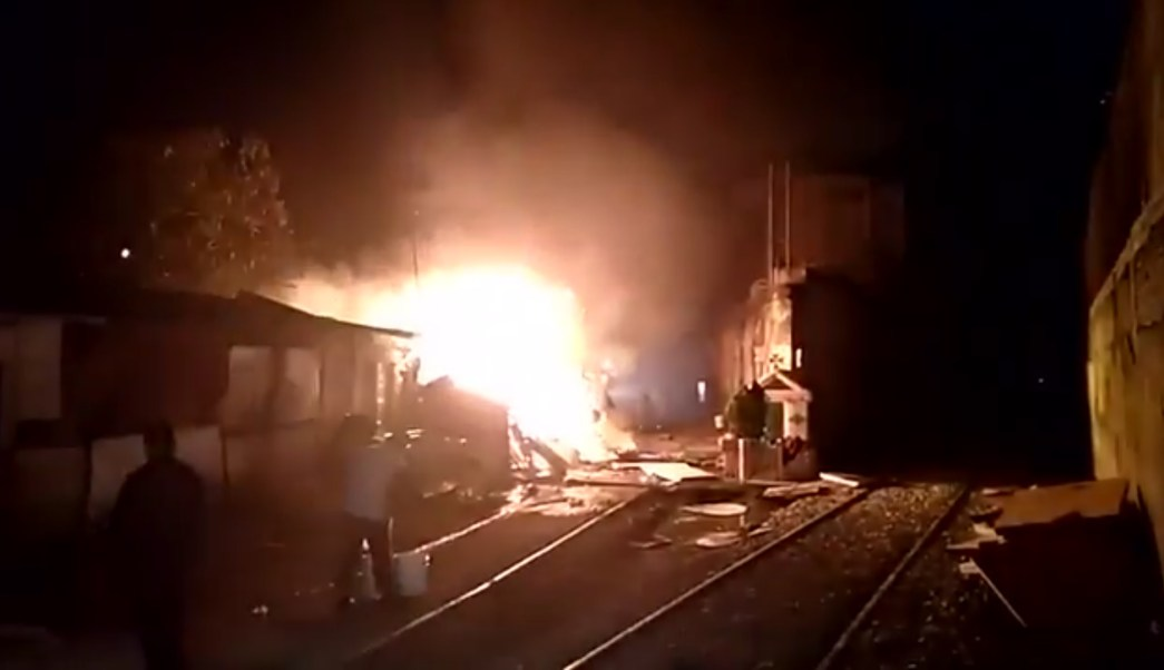 Incendio afecta a varias casas de cartón en Azcapotzalco; no se reportan lesionados (Twitter @PrensaLyO)