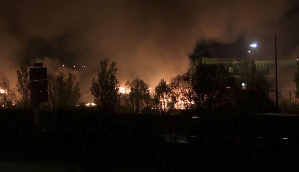 Autoridades relacionaron un altercado entre migrantes con el incendio. (AP)
