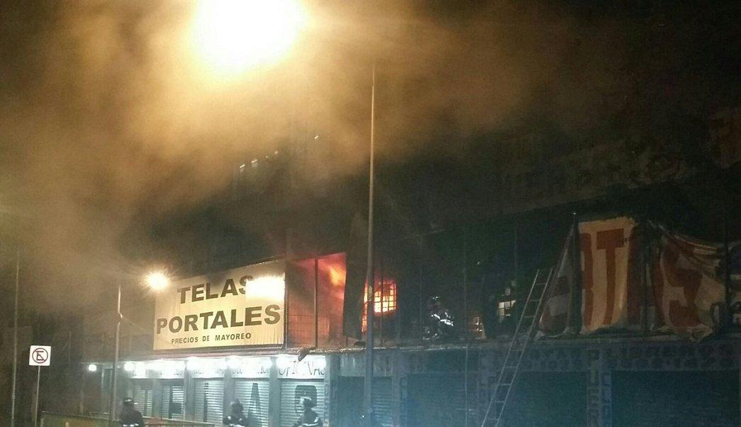 Incendio consume negocio de telas en Tlalpan, CDMX. (Twitter @luismiguelbaraa)