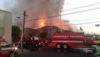 Incendio en fábrica de Toluca. (Twitter @luismiguelbaraa)