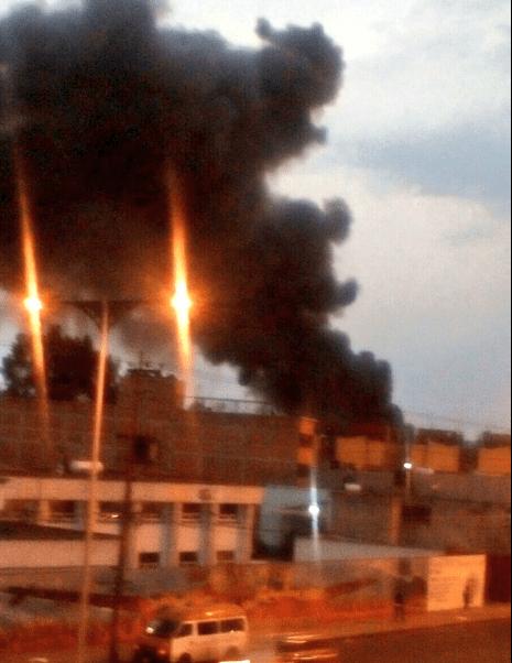 El fuego comenzó al filo de las siete de la noche, en una bodega de aproximadamente 10 mil metros cuadrados (Twitter/@Iberomed)