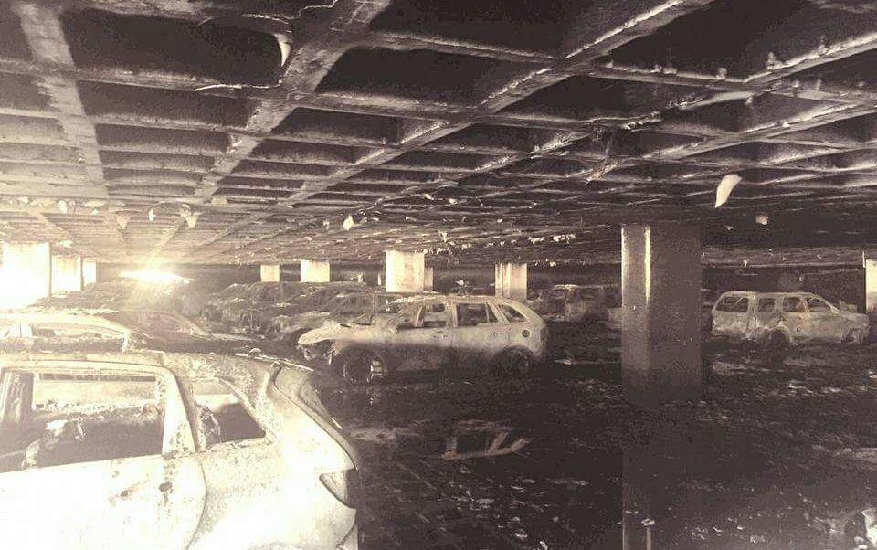El incendio ocurrió la madrugada del domingo en el segundo nivel del estacionamiento. (Twitter: @alertasurbanas)