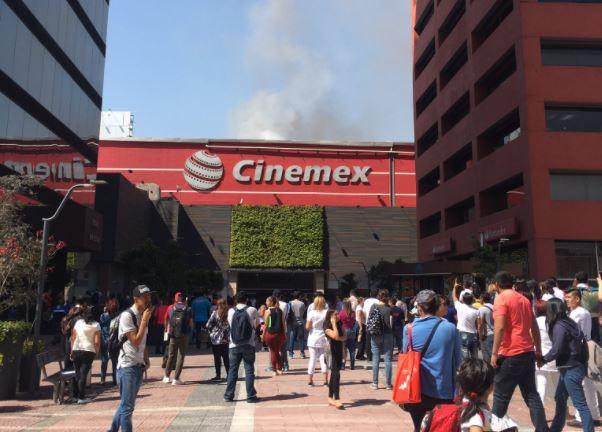 Equipos de emergencia laboraron en el lugar, por lo que la plaza fue desalojada (Twitter @alb3rt_solano)