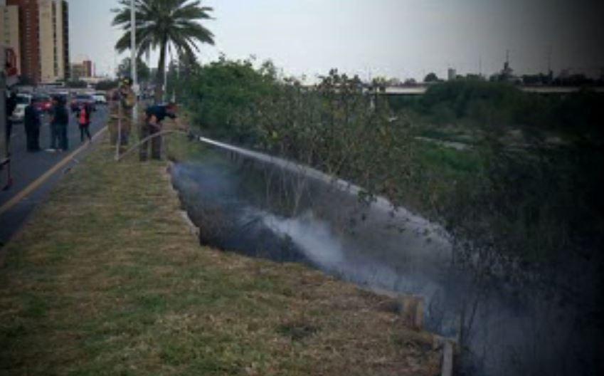 Bomberos controlan un incendio en Monterrey (Noticieros Televisa)