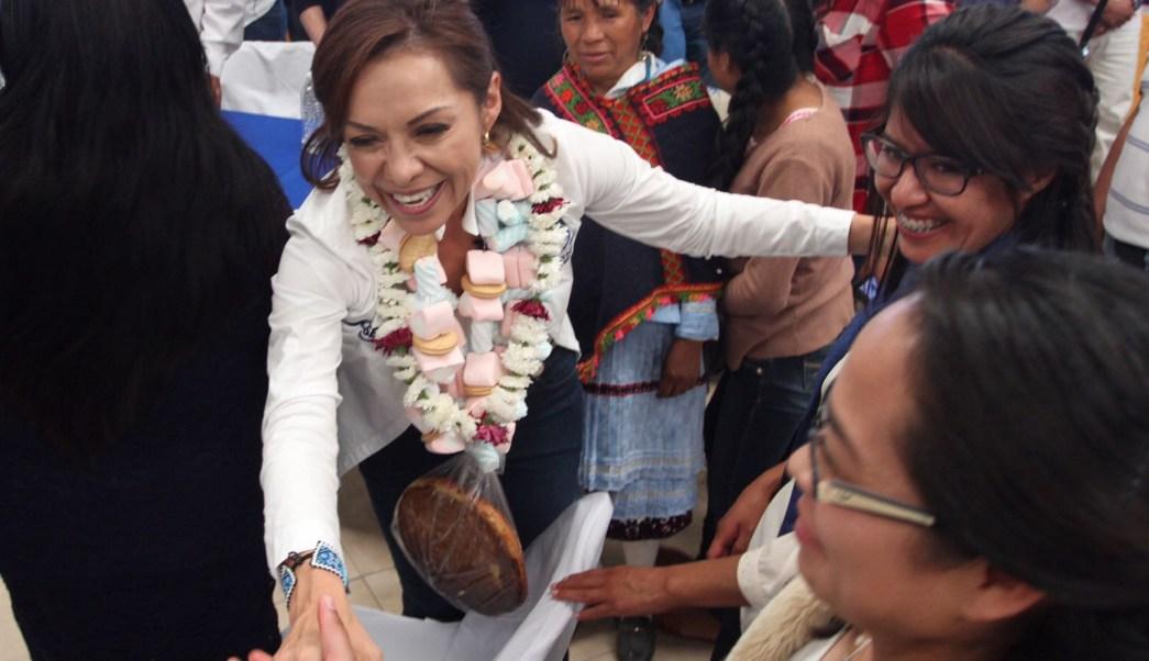 Josefina Vázquez Mota, candidata del Partido Acción Nacional a la gubernatura del Estado de México, visita la comunidad mazahua de San Felipe del Progreso (Notimex)