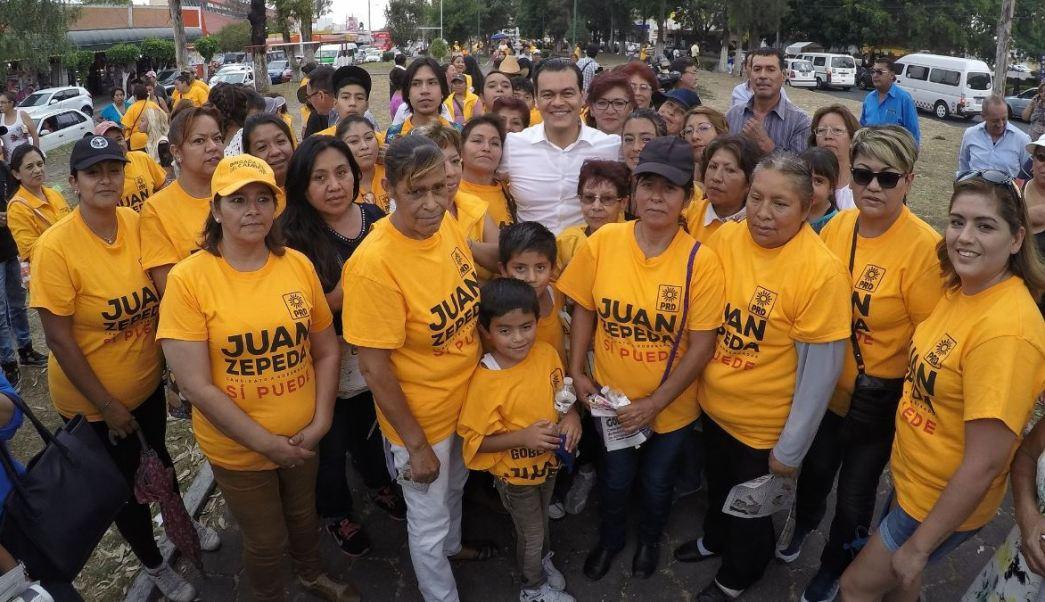 Juan Zepeda visitó a comerciantes del mercado de Villa de las Flores, en Coacalco. (Twitter@JuanZepeda_)