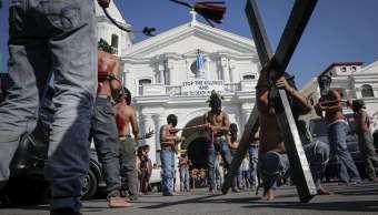 Penitentes se flagekan durante la procesión del Jueves Santo en san Felipe, Filipinas (EFE)