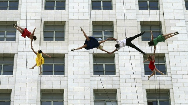 """Los bailarines de la compañía aérea de Bandaloop realizan una exhibición con la música de la película """"La La Land"""" (AP)"""