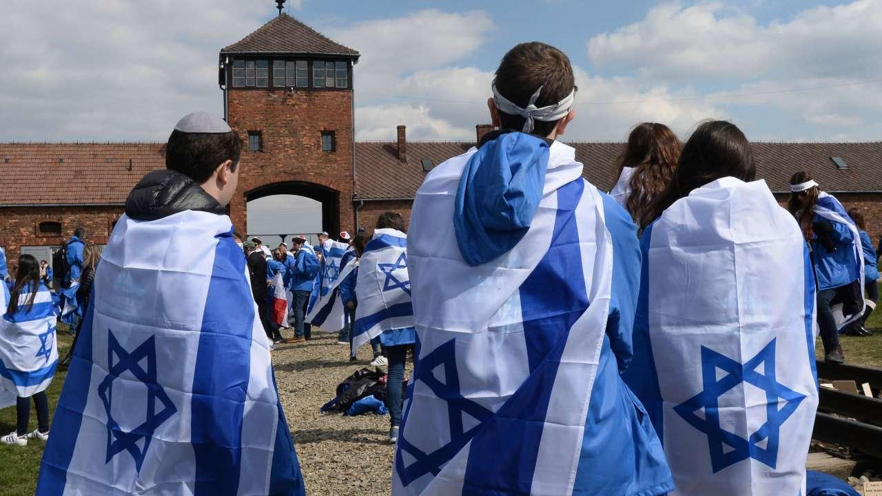 La Marcha por la Vida es un recorrido de unos tres kilómetros desde Auschwitz hasta Birkenau, un campo de concentración mucho más grande donde judíos y romaníes fueron asesinados.
