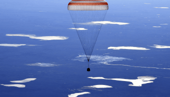 La nave Soyuz aterrizó unos 150 kilómetros al sureste de la ciudad de Zhezkazgán (AP)