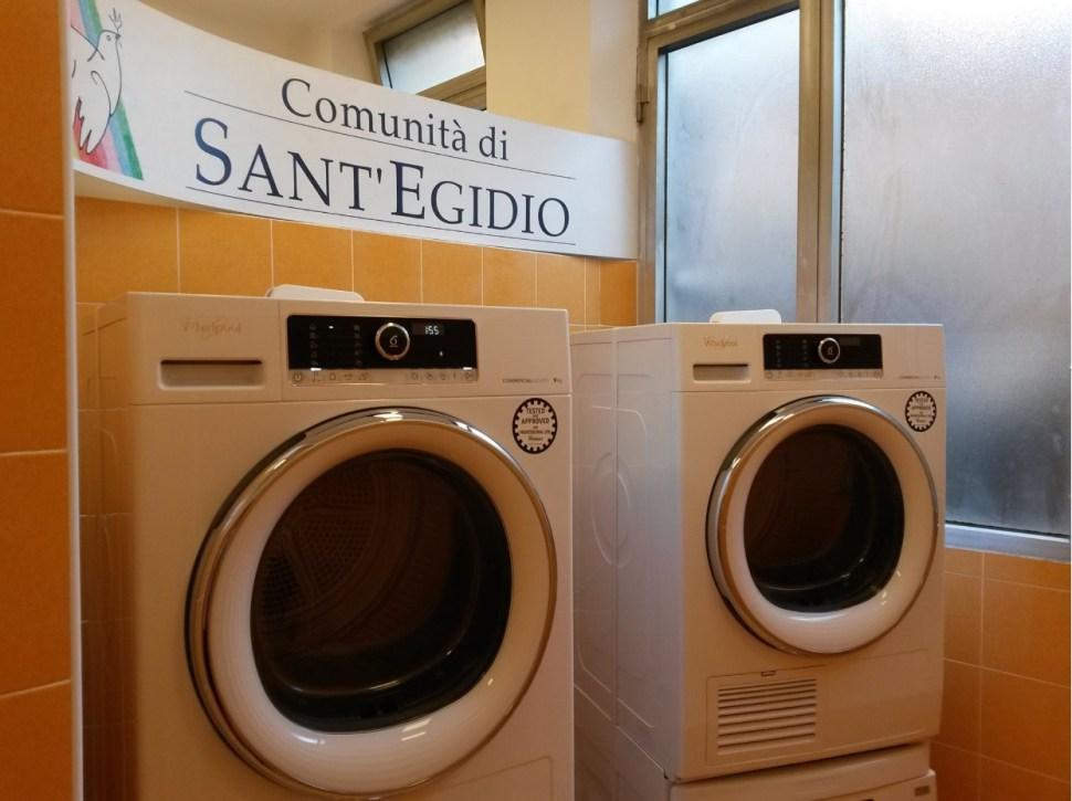 Lavadoras instaladas en el centro comunitario Sant'Egidio, en Roma, proporcionadas por el Vaticano (Facebook- Comunità di Sant'Egidio)