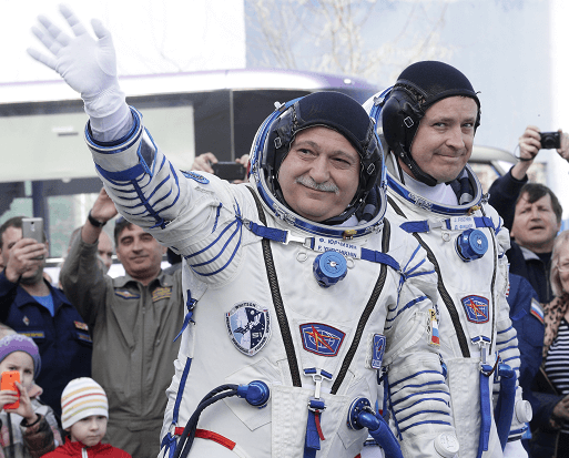 Los astronautas Fiódor Yurchijin, de Rusia, y Jack Fischer, de Estados Unidos, antes de abordar la nave Soyuz. (AP)