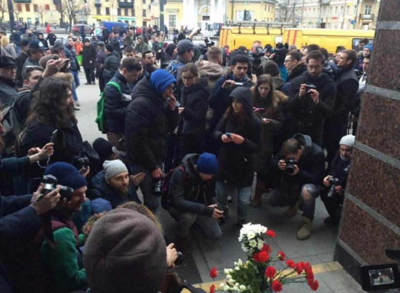 Habitantes en Moscú y San Petersburgo se congregan en memoria de las víctimas del ataque terrorista (Twitter @openrussia_org)