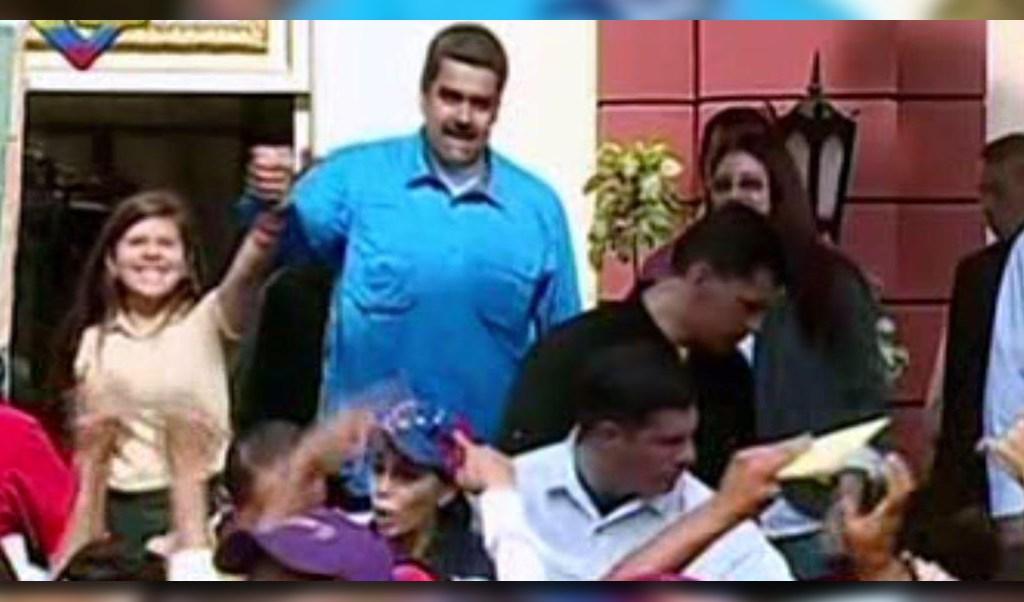 Nicolás Maduro baila con jóvenes chavistas (Noticieros Televisa)