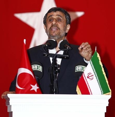 El ex presidente iraní Mahmoud Ahmadinejad hace un discurso durante una conferencia celebrada en el Centro Cultural Esenyurt en Estambul, Turquía. (Getty Images/archivo)