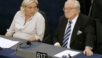 Marine Le Pen, candidata ultraderechista a la presidencia de Francia, y su padre, Jean-Marie Le Pen. (AP, archivo)