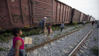 El tren en el que viajan todos los migrantes que llegan hasta Apizaco, Tlaxcala, se ubica a tan solo cuatro metros de distancia del albergue (AP, archivo)