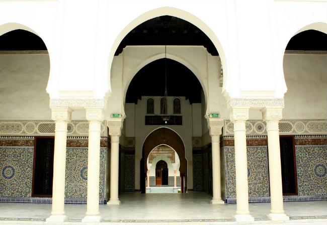 Interior de la Gran Mezquita de París; la institución pide a los musulmanes franceses votar por Macron (Getty Images, archivo)